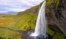 Der Wasserfall Seljalandsfoss