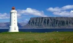 Leuchtturm Ólafsviti am Fjord Patreksfjörður