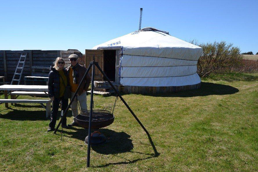 Besucher vor Jurte im Traustholtshólmi