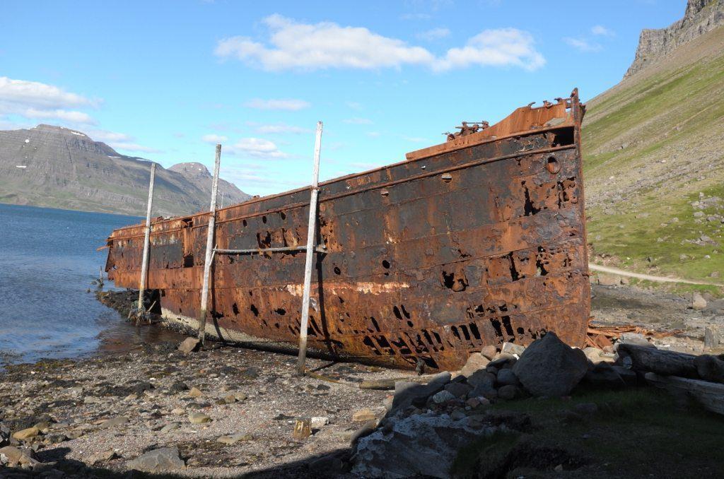 Ein altes Schiffswrack am Strand Djúpavík