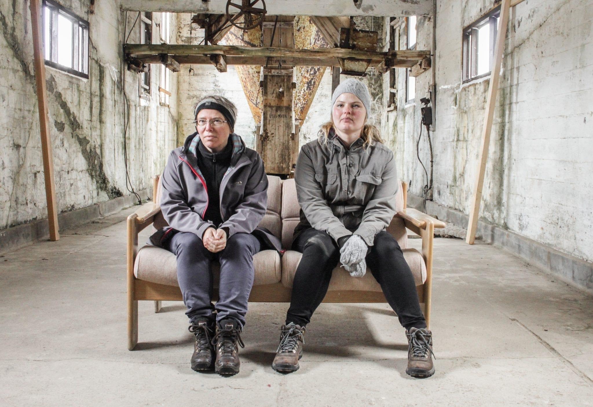 Sigga und Erla in der alten Heringsfabrik in der oft Ausstellungen zu sehen sind.